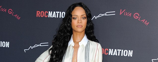 Rihanna look-alike gets mobbed by screaming fans