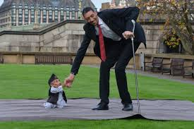 World tallest and shortest men meet on Records Day