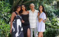 The Obamas celebrate thanksgiving with family photo of Michelle, Barack and Malia & Sasha — all grown up